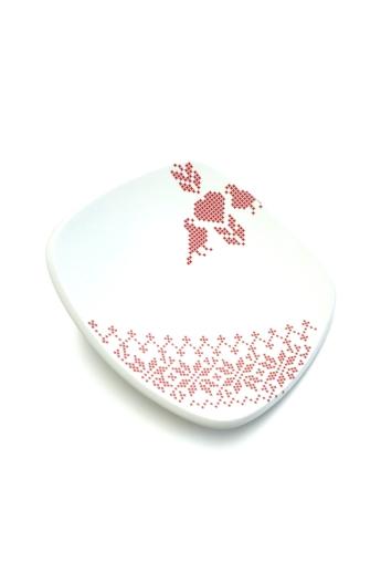 Boldizsár Zsuzsa: Fehér tányér piros mintás ø20cm