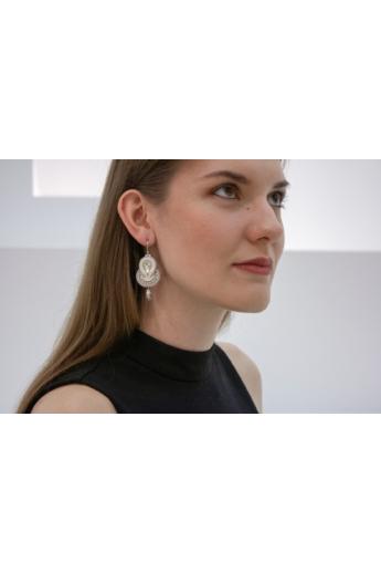 GABEL: Fehér, világos szürke sújtás fülbevaló. Menyasszonyi fülbevaló