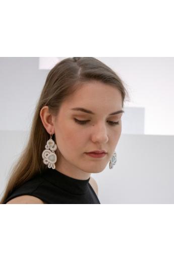 GABEL: Fehér, krém és világos szürke hosszú sújtás fülbevaló. Menyasszonyi fülbevaló