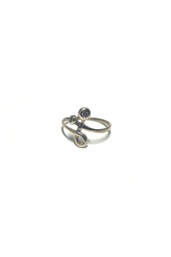 Mester Éva: Íves ezüst gyűrű (kövek: cirkónia)