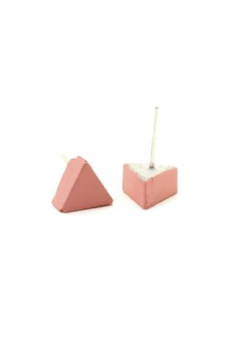 Rebelle: Kicsi háromszög beton fülbevaló / pink