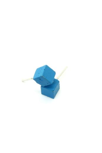Rebelle: Kicsi kocka beton fülbevaló / kék