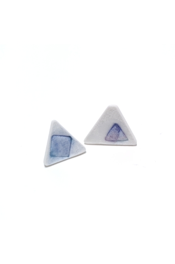 RE Jewel: Kék foltos háromszög porcelán fülbevaló