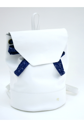 REQU Design: Fehér bőr hátizsák kékfestő kötővel