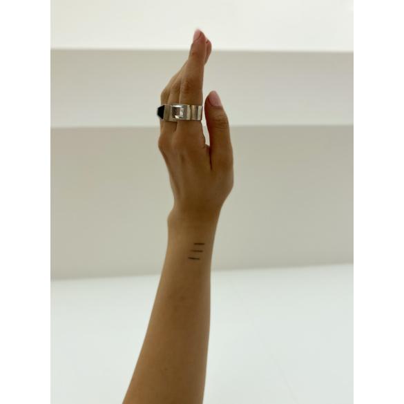 Mester Éva: Szögletes, onix köves gyűrű