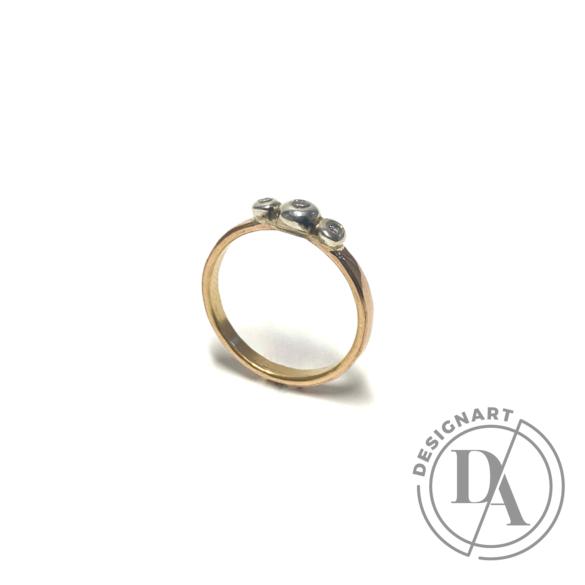 Mester Éva: Arany gyűrű gyémántokkal